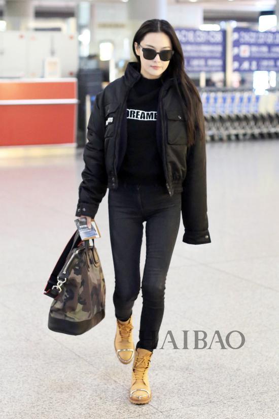 张馨予2018年2月6日北京机场街拍:身着维特萌 (Vetements) 短夹克