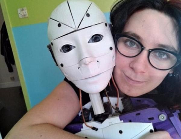 法国女子恋上机器人宣布订婚 自称不喜与人类亲密的照片 - 3