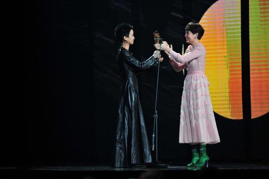 魏如萱与卢凯彤情如姐妹