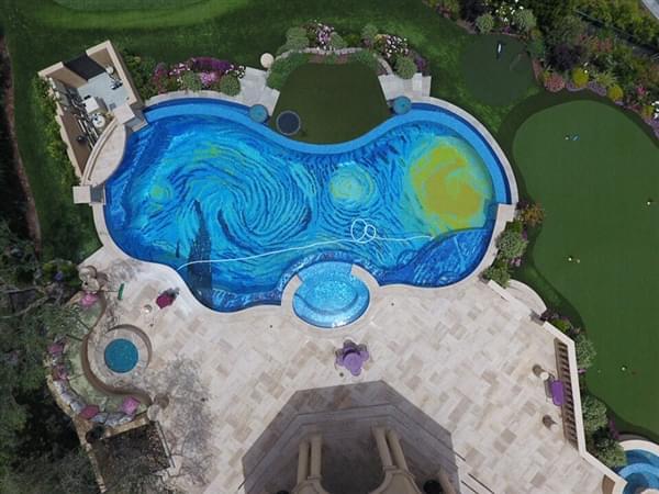 美国男子将自家泳池设计成《星空》版本的照片 - 1