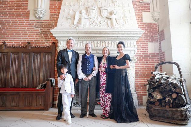 张庭(右)丶林瑞阳(左)夫妇在法国获颁骑士勋章。