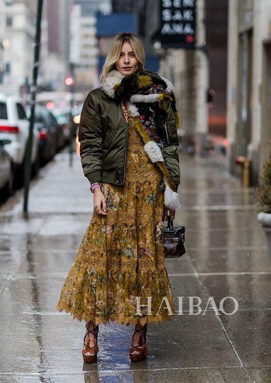 羽绒服+裙子街拍