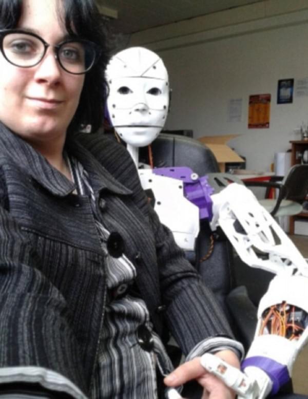 法国女子恋上机器人宣布订婚 自称不喜与人类亲密的照片 - 2