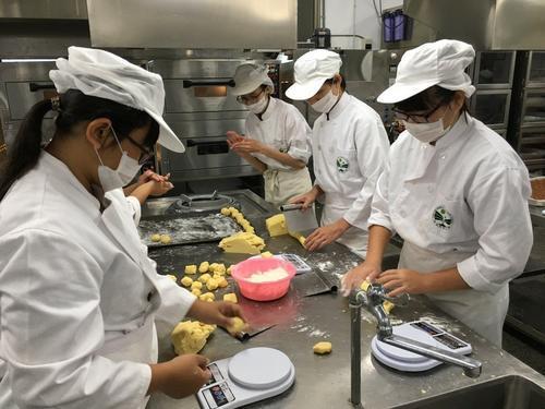 台湾一高中每年中秋送凤梨酥13年送出逾30万颗