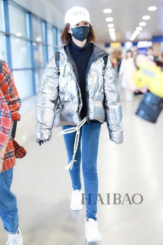 杨紫2018年10月27日上海机场街拍:身着Khrisjoy银色短款羽绒服,戴New Era棒球帽