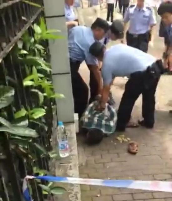 ▲嫌疑人被警方控制。視頻截圖
