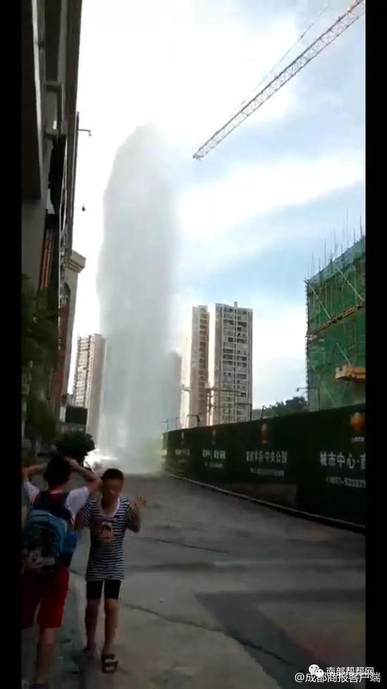 四川南充一处主水管道破裂 现场喷出数米高水柱