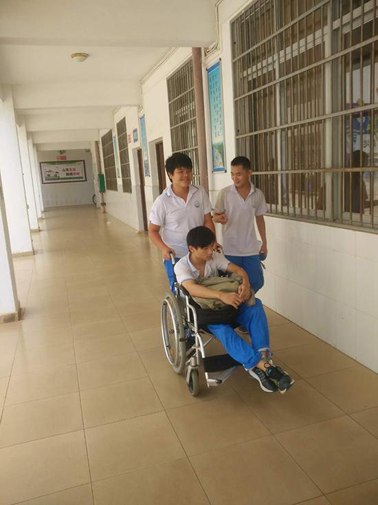 肩膀上的兄弟情 海南初三学生背截瘫同桌上学3年