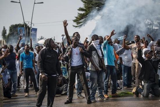 8月31日,让·平支持者与警察对峙。(新华/法新)