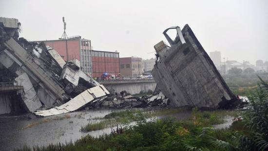 意大利大桥坍塌汽车从高空坠落 一辆卡车惊险逃脱