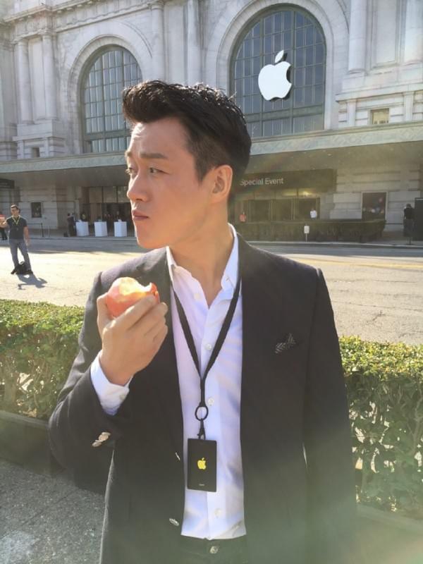 iPhone 7发布会邀请唯一中国明星:苹果总部门前啃苹果的照片 - 2