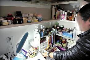女生为买4万元化妆品 用34款借款软件欠债34万元的照片