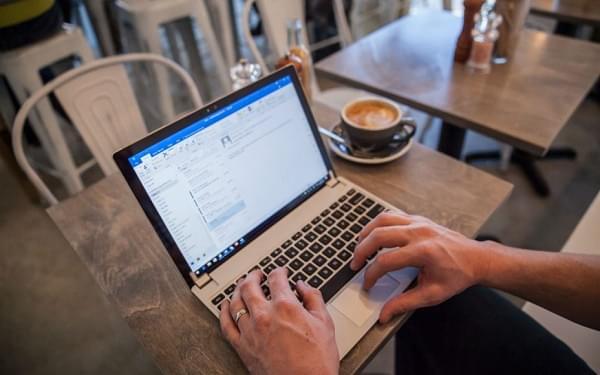 "Brudge 为 Surface Pro 带来了""真正的""笔记本键盘的照片 - 1"