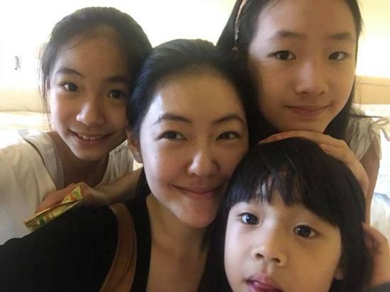 小S与三个女儿合照