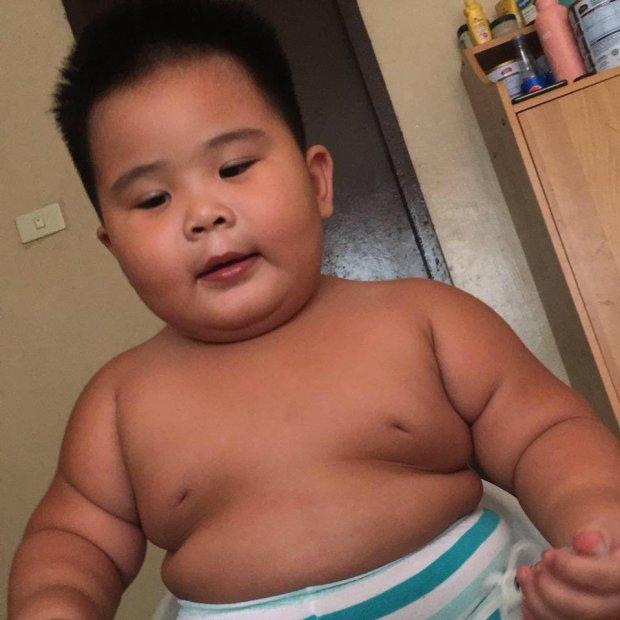 外国小胖娃伸手抓广告牌上炸鸡吃 竟意外一夜爆红的照片 - 5