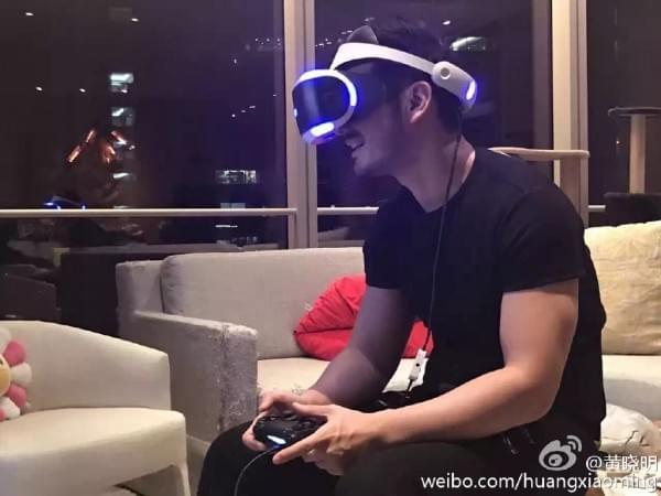 黄晓明全国第一个拿到PS VR 过于激动坐坏桌子的照片 - 1