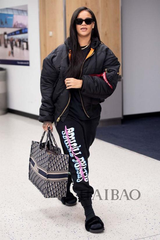 2018年6月7日,蕾哈娜 (Rihanna) 现身纽约肯尼迪国际机场