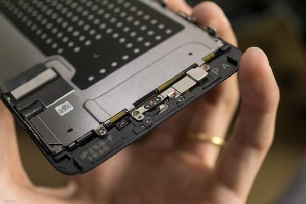 2675mAh容量电池:iPhone 7 Plus拆解视频的照片 - 15