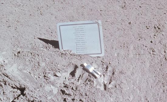 阿波罗15号在1971年执行任务时,将所有为登月和载人航天牺牲的伟大宇航员名单,留在了月球表面,人类仅此一份的独特墓志铭,还有一个倒下的宇航员雕塑作品。这个名单不分国籍,英雄不问出处。(图片来源:NASA)