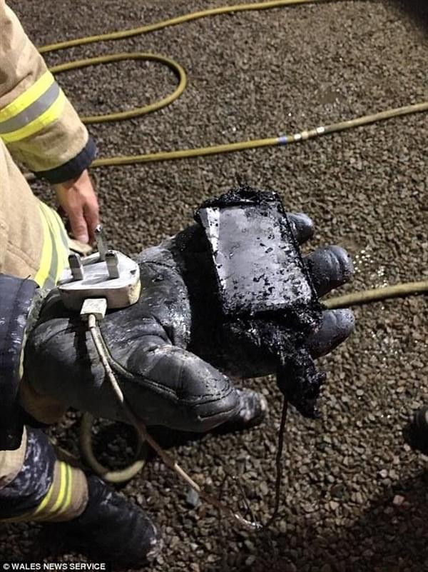 iPhone夜间充电致起火 国外少女闺房被烧的照片 - 2