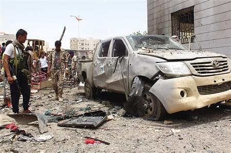 """""""炸弹汽车""""冲向新兵队伍 也门自杀式袭击至少65死55伤"""