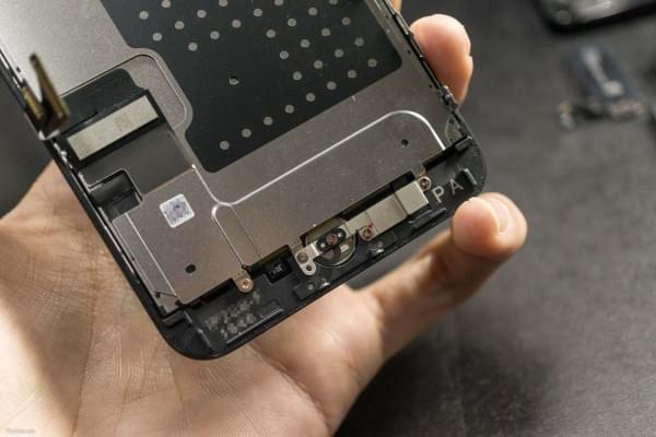 2675mAh容量电池:iPhone 7 Plus拆解视频的照片 - 14