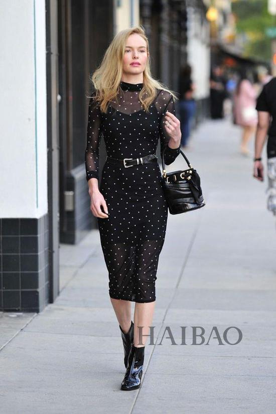 凯特·波茨沃斯 (Kate Bosworth) 近期新奥尔良街拍,好久不见的她一亮相就贡献惊艳Look,从波点连衣裙到腰带、水桶包、漆皮靴,每一件都质感满分。