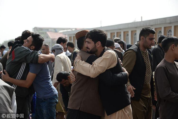 停火期间,阿富汗军警和塔利班战士拥抱在一起 图源:视觉中国