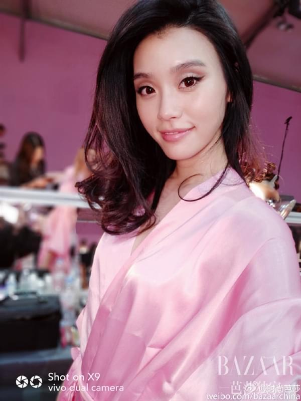 维密超模持国产手机自拍:粉色睡衣诱惑的照片 - 10