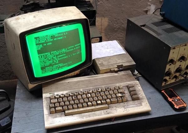 美国某汽修店有一台连续运行了25年的Commodore 64计算机的照片