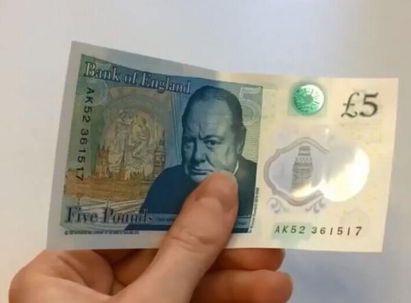 英国首发塑料钞票:全息防伪 油水不侵的照片