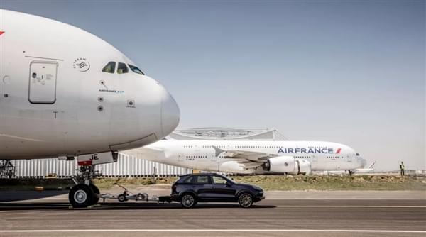 自重140倍 – 保时捷卡宴创世界新纪录拖出285吨空客A380的照片 - 1