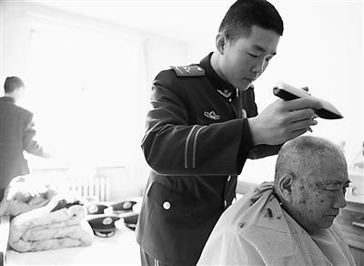"""【新春走基层】梁建国老人的特殊""""客人"""""""