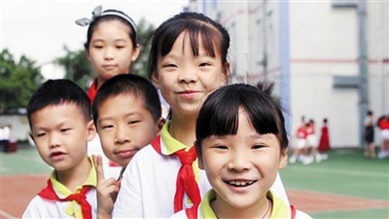 重庆留守女孩:每周挤3小时公交车见妈妈时最快乐