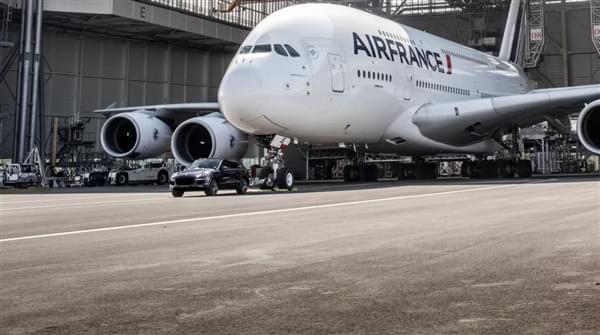 自重140倍 – 保时捷卡宴创世界新纪录拖出285吨空客A380的照片 - 5