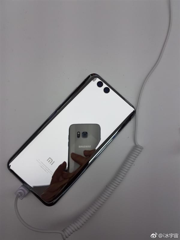 小米6亮银版真机:能当镜子照的照片 - 3