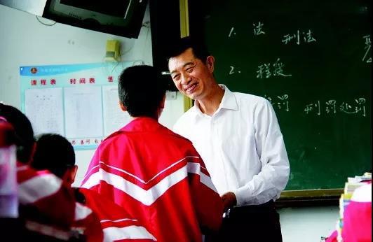 青岛教师资助困难学生41年 好老师的字典里没差生