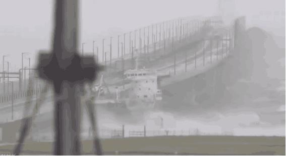 强台风侵袭日本:油轮撞上大桥 关西机场跑道被淹