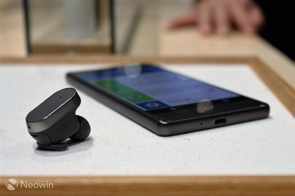 索尼Xperia Ear智能蓝牙耳机将于11月上市:可与数字助理交互的照片 - 1