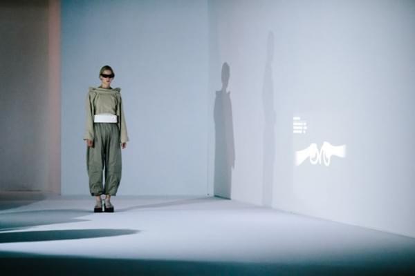 英特尔在巴黎时装周发布可用于测量压力的智能眼镜和皮带的照片 - 1