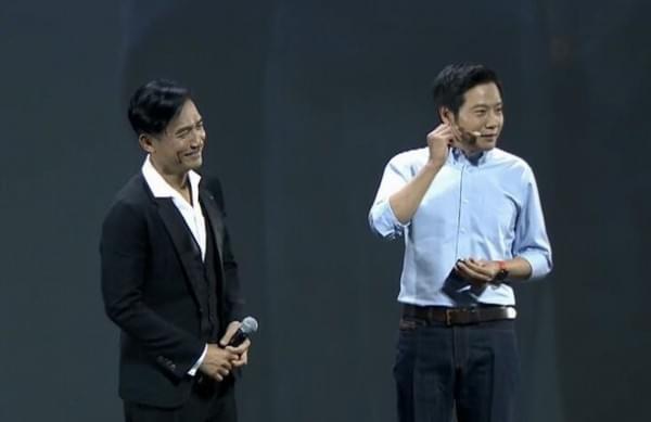 梁朝伟现身小米Note 2发布会:手持新机与雷军合照的照片 - 2