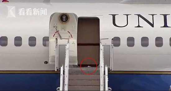 特朗普脚粘厕所卫生纸登上飞机 全程被拍下(组图)