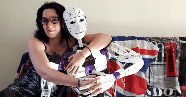 法国女子恋上机器人宣布订婚 自称不喜与人类亲密的照片 - 1