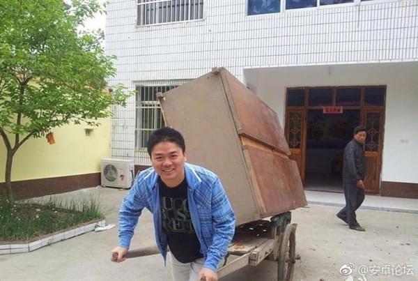 这样的刘强东你绝对没见过 砍柴拉车烧饭样样精通的照片 - 1
