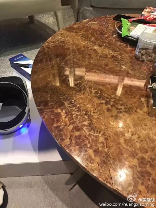 黄晓明全国第一个拿到PS VR 过于激动坐坏桌子的照片 - 4