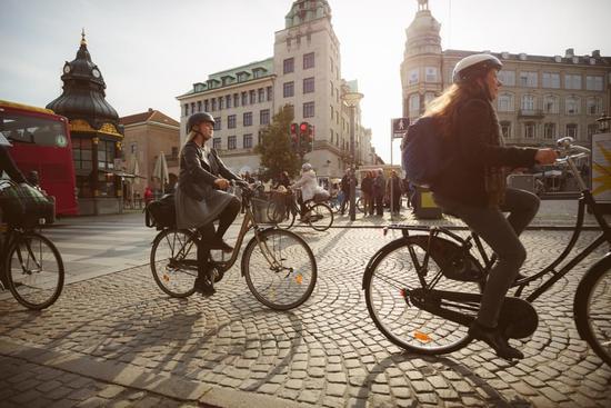 丹麦首都哥本哈根,自行车车流。/视觉中国 & Photolibrary
