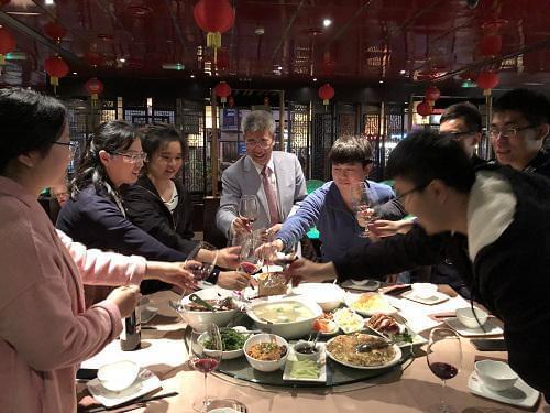 (中)金吉列留学董事长朱燕民先生、(左二)金吉列留学国发中心英亚太院校合作中心总监蔡慧芳女士与留学生们愉快用餐