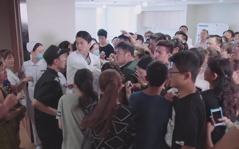 现场乱得一塌糊涂,急诊室大门前上百人在围观,很多人拿着手机拍照摄影。