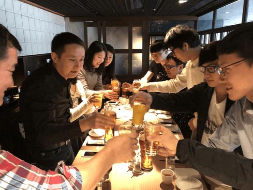 金吉列留学总裁冉维一先生与日本留学生代表碰杯