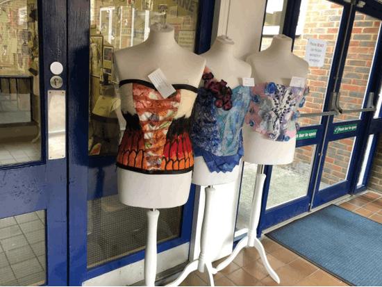 心灵手巧的学生们的纺织作品